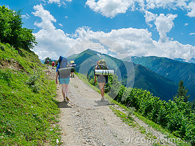 Unga kvinnor som trekking i Svaneti,
