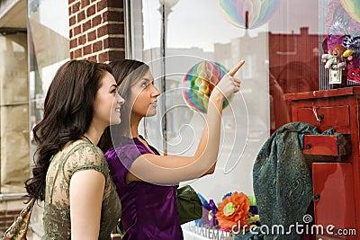 Unga shoppingfönsterkvinnor