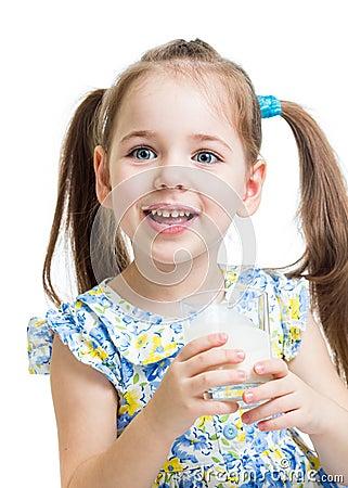 Ungeflicka som dricker yoghurt eller kefir