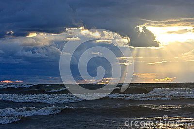 Ungefärligt hav på solnedgången