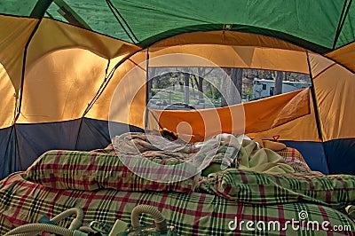 Ungemachtes Airbed inneres kampierendes Zelt