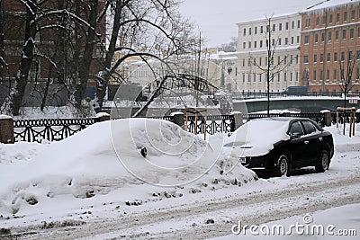 Ungereinigte Straße in St Petersburg Redaktionelles Bild