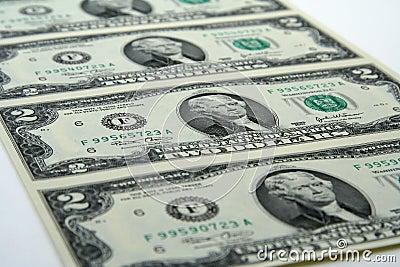 Ungeschnittene zwei Dollarscheine