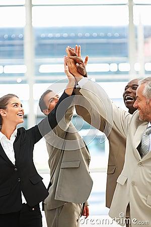 Unidad de negocio con sus manos levantadas juntas