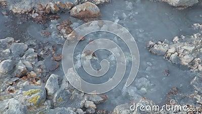Unieke hete geiser in berg op kust van Noordpool Oceaangroenland close-up stock footage