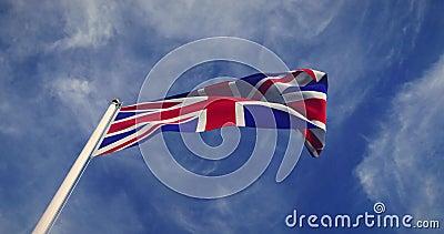 Union Jack Flying Mostra Bandeira Britânica Ou Bandeira Nacional Do Reino Unido - Vídeo De Movimento Lento De 30fps 4k vídeos de arquivo