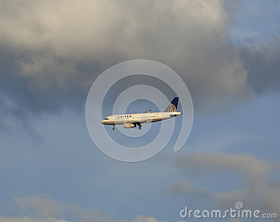 United Airlines Airbus A319-131 in New York sky before landing in La Guardia Airport Editorial Photography