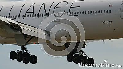 United Airlines Boeing B777, das nach Narita landet stock video