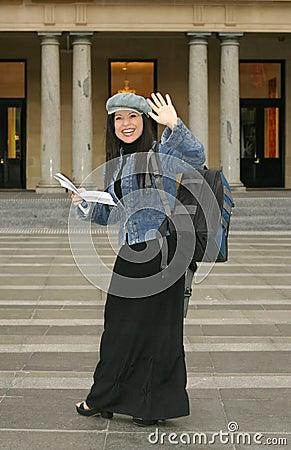 Universidade - estudante que acena aos estudantes companheiros