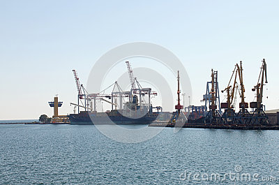 Unloading of container ship