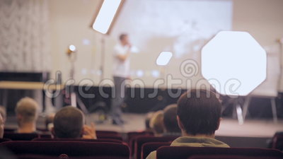 Unrecognizable δημόσια παρουσίαση ακούσματος ακροατηρίων Ομιλητής στο στάδιο που παρουσιάζει τα προϊόντα Επιχειρησιακό απόθεμα βίντεο