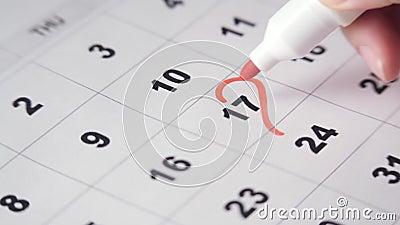 Unterschreiben eines Tages im Kalender stock video footage