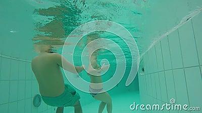 Unterwasserschwimmen in einem künstlichen Strom stock video footage