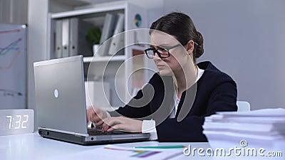 Unzufriedene Sekretärin tippt auf Laptop und schließt es in Frustration, Funktionsstörung stock footage