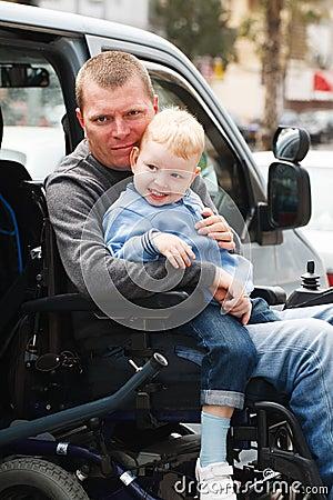 Uomini Disabili Con Il Figlio Sull 39 Ascensore Di Sedia A