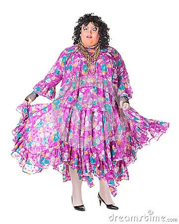 Uomo allegro, drag queen, in un vestito femminile