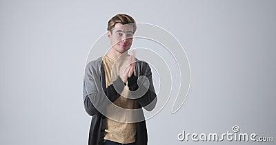 Uomo annoiato che applaude in modo sarcastico stock footage
