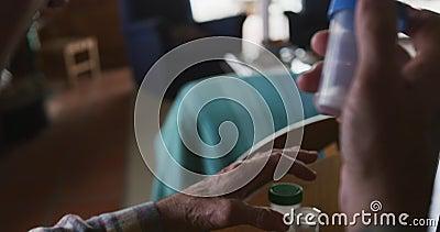 Uomo anziano con farmaci a casa archivi video