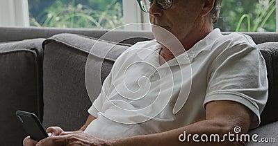 Uomo anziano da solo a casa archivi video