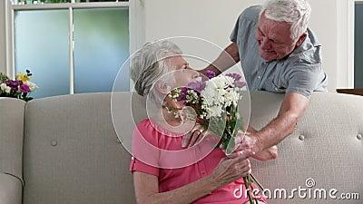 Uomo anziano sorprendente la sua moglie con i regali video d archivio