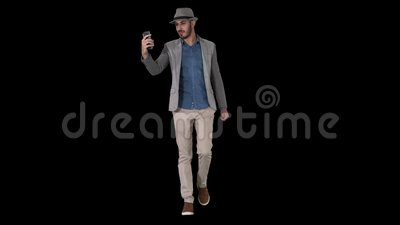 Uomo attrattivo in abiti casuali che registra in stile hipster o fa una videochiamata, canale alfa stock footage