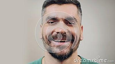 Uomo barbuto nel buon umore che ride caloroso, primo piano del fronte, emozioni positive stock footage