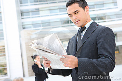 Uomo bello di affari all edificio per uffici
