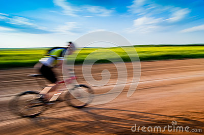 Uomo che biking nel movimento