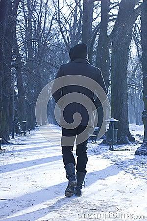 Uomo che cammina giù il vicolo