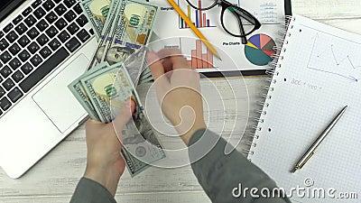 Uomo che conta soldi video d archivio