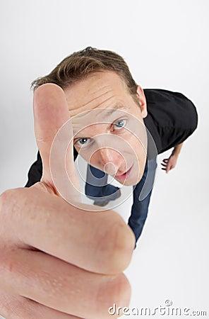 Uomo che gesturing i pollici su