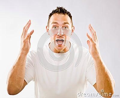 Uomo che gesturing nella sorpresa