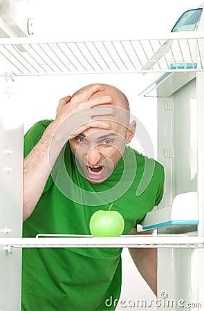 Uomo che grida alla mela