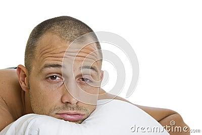 Uomo che prova a dormire