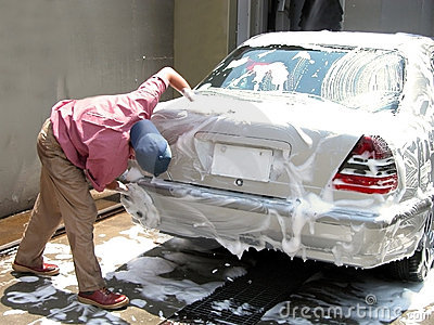 Uomo che pulisce l automobile