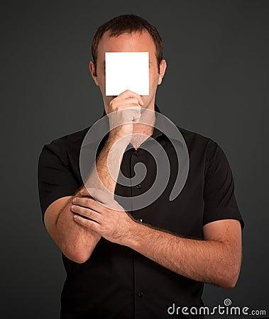 Uomo che si nasconde dietro una nota in bianco