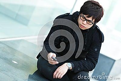 Uomo che texting sul telefono delle cellule