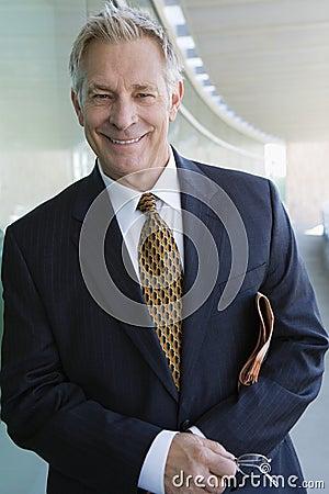 Uomo con il giornale e gli occhiali