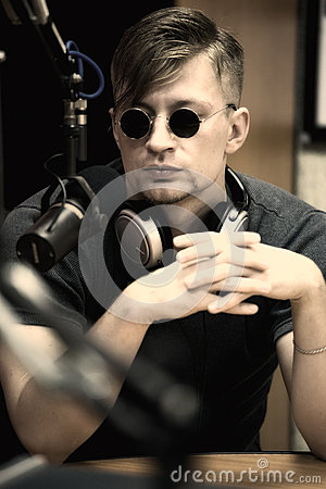 Uomo con il microfono in studio