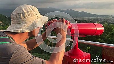 Uomo con il telescopio nel posto turistico stock footage