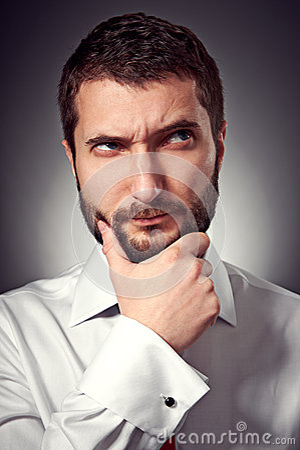 Uomo con la barba che guarda su