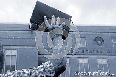 Uomo con la bibbia alla protesta
