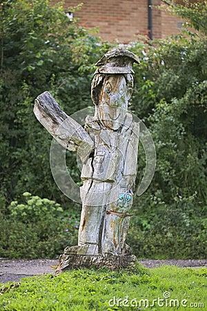 Uomo con la scultura del gatto