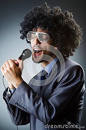 Uomo con taglio di capelli di afro