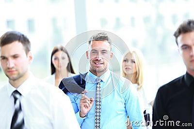 Uomo d affari bello di Yung che stanno nel centro il suo gruppo