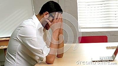 Uomo d'affari casuale che ritiene la pressione in ufficio stock footage