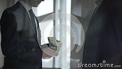 Uomo d'affari che dona contributo caritatevole in denaro, prosperità dell'affare video d archivio
