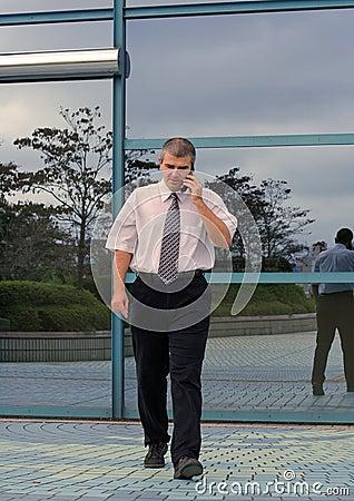 Uomo d affari che per mezzo del telefono mobile