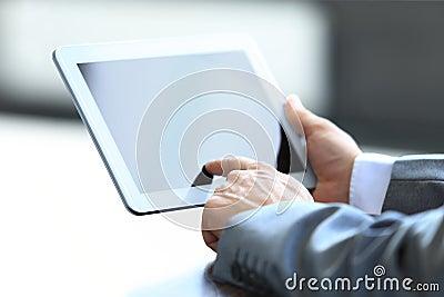 Uomo d affari che tiene compressa digitale