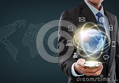 Uomo d affari che traversa nell interfaccia di realtà virtuale